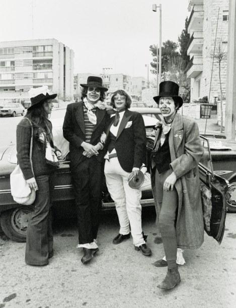 בשנות השבעים בירושלים, חבורה עליזה חוגגת ברחובות העיר עדלאידע פרטית
